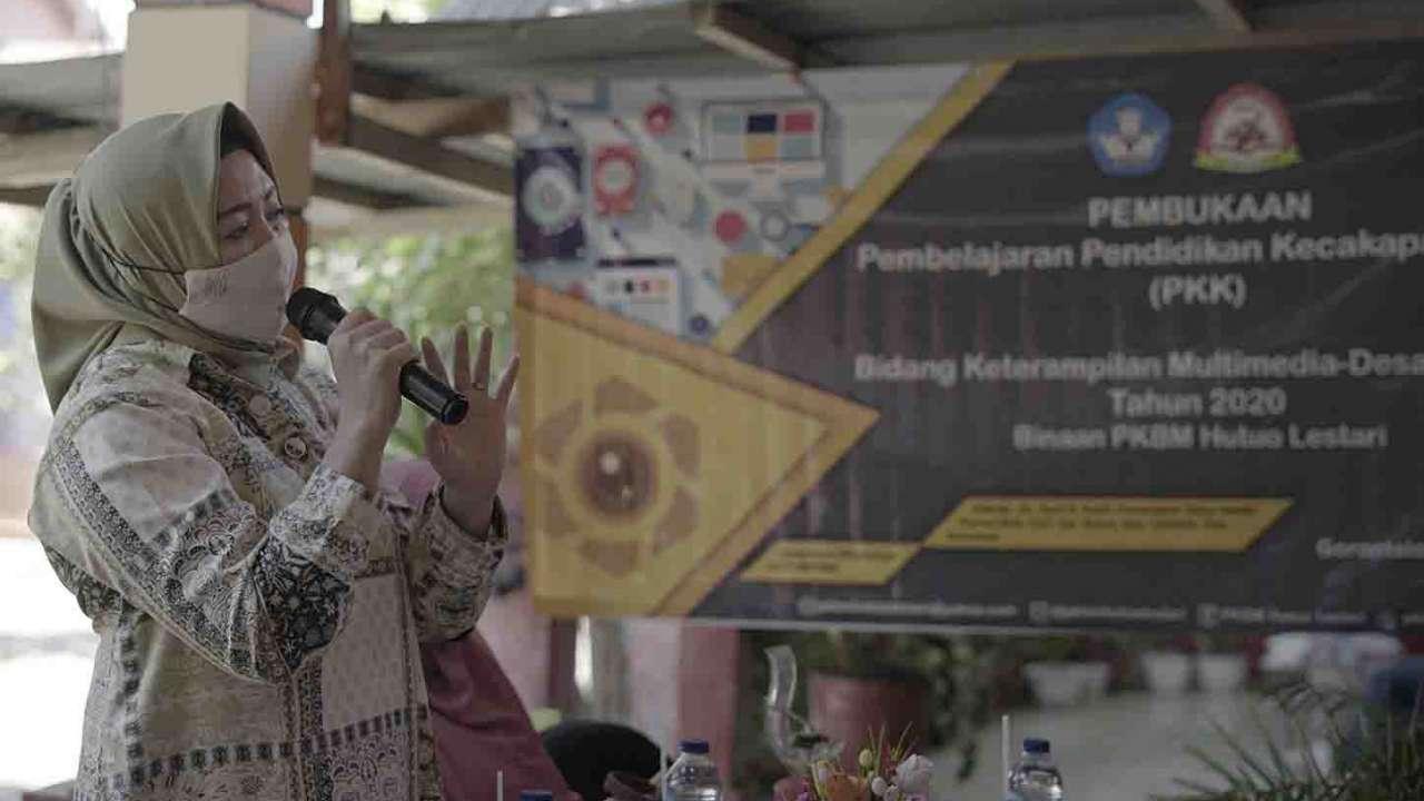 Kepala Bidang Dinas Pendidikan dan Kebudayaan Kabupaten Gorontalo memberikan sambutan saat pembukaan program PKK Multimedia-Desain Grafis 2020 di PKBM Hutuo Lestari.